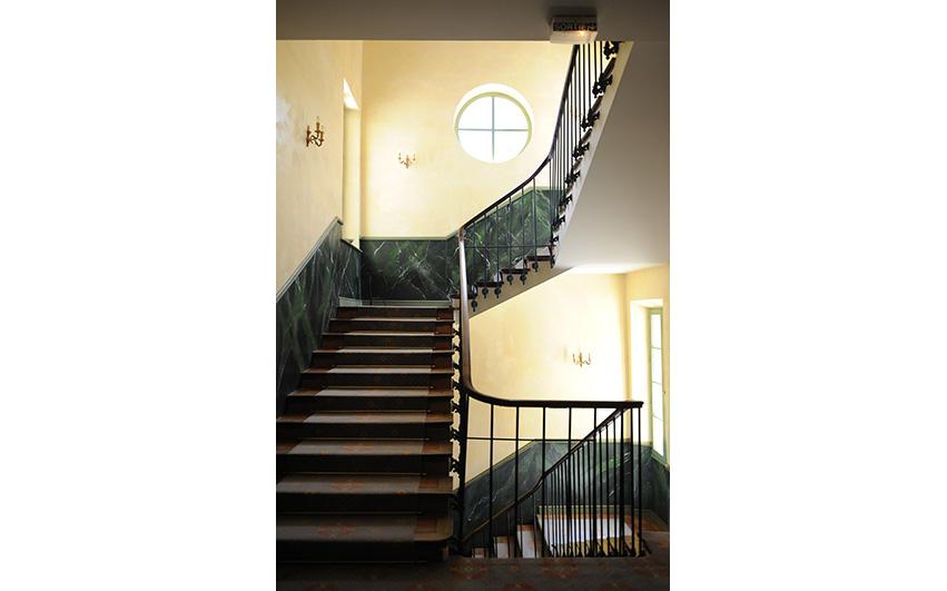 Chateau binnen trap | Chateau des Gipieres